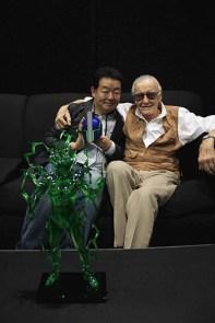 Le réalisateur de Mushishi et Stan Lee sont dans un canapé avec une figurine d'un méchant de FF en plastique vert... Kamoulox ?
